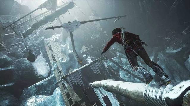 Lara de Rise of The Tomb Raider explorando o navio congelado