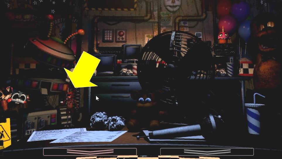 Bonequinho do Foxy na mesa em Ultimate Custom Night